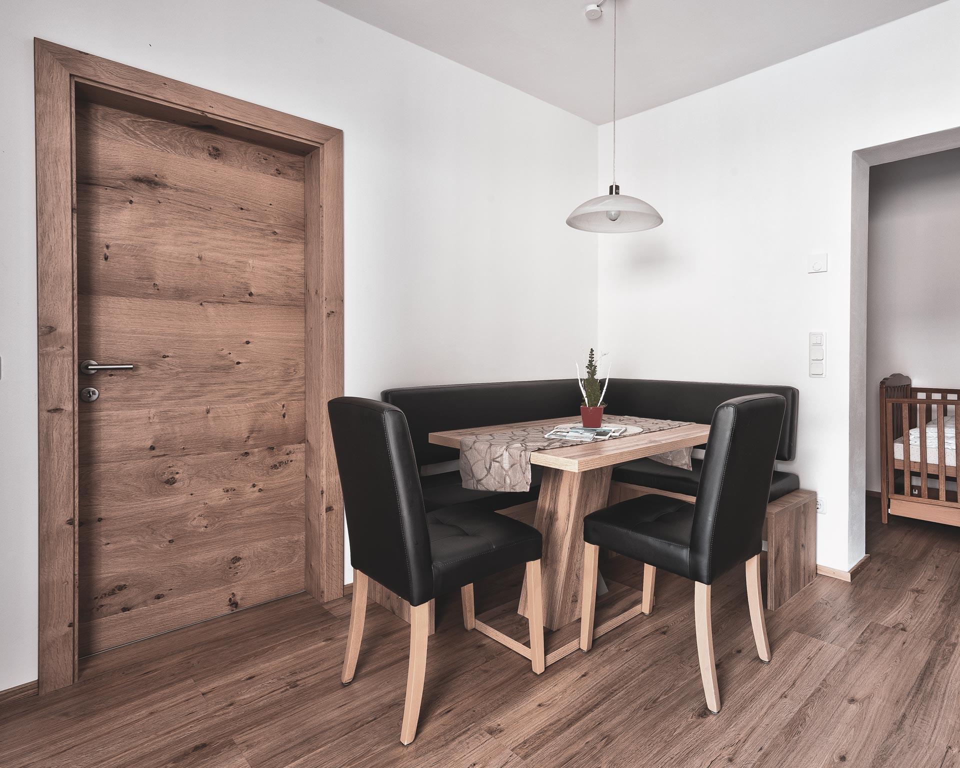 tisch wohnkueche appartement ahrntal pfarrwirt sand in taufers