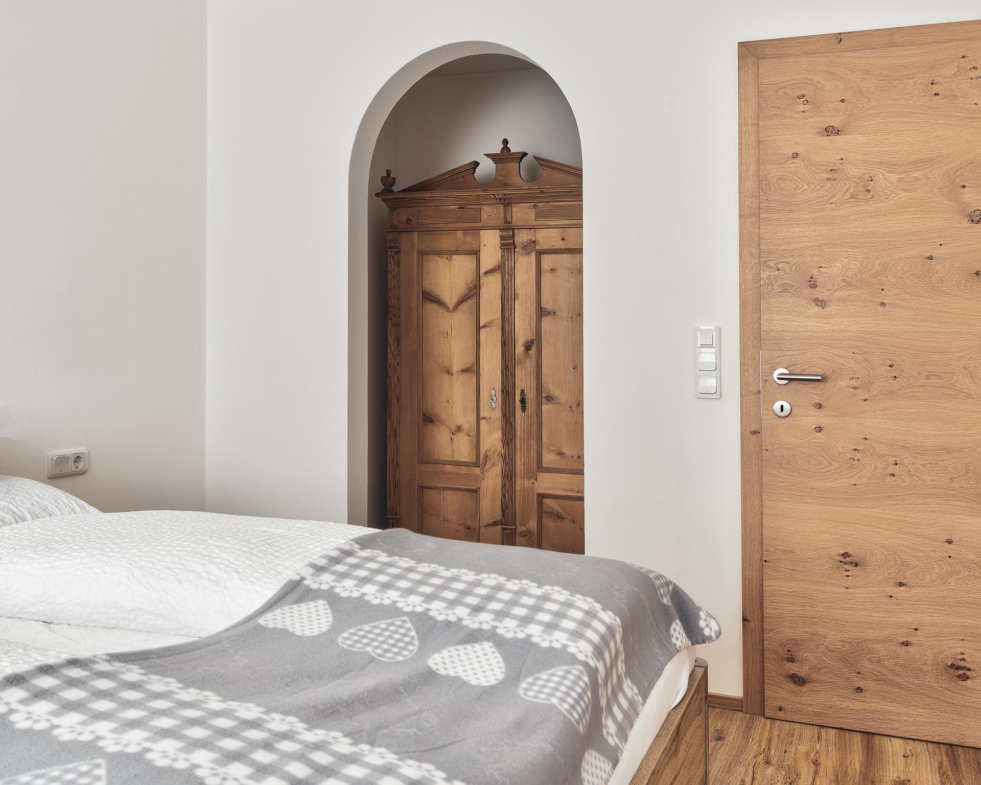 schlafzimmer appartement muehlen pfarrwirt sand in taufers